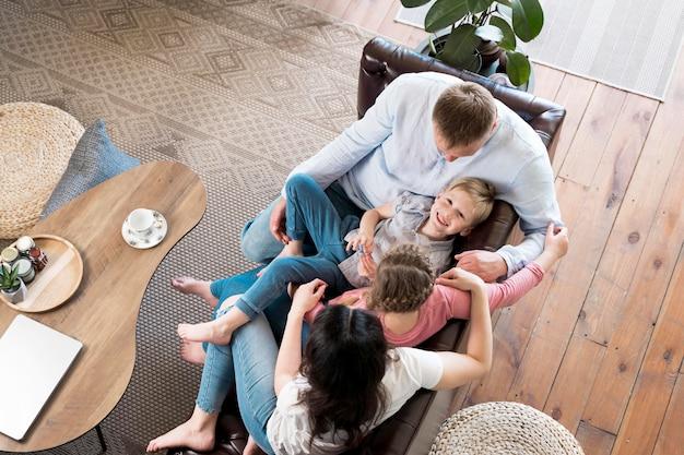 Vista superior dos pais que passam tempo com os filhos