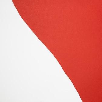 Vista superior dos papéis vermelhos e brancos