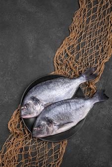 Vista superior dos peixes no prato e rede de pesca