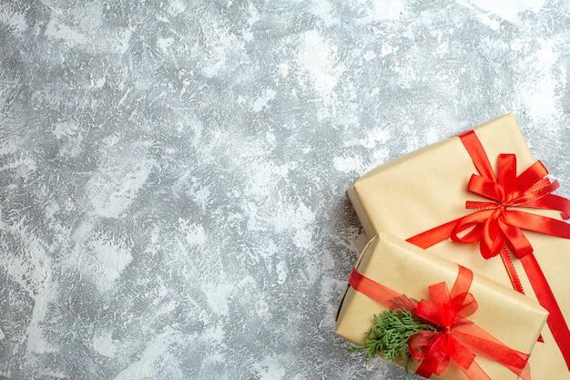 Vista superior dos presentes de natal embalados com laços vermelhos em branco com foto colorida de natal presente de ano novo