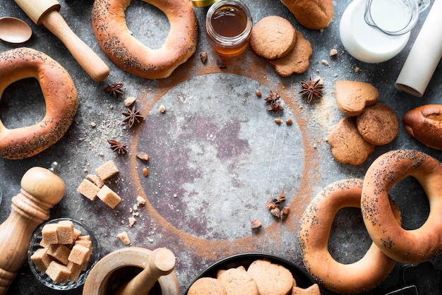 Vista superior dos produtos de panificação com cubos de açúcar mascavo