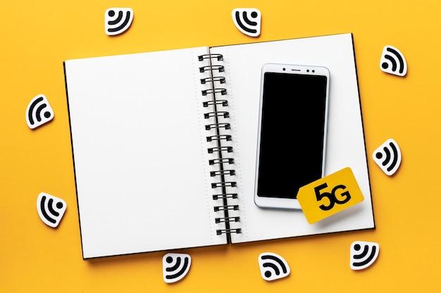 Vista superior dos símbolos de wi-fi com smartphone e notebook