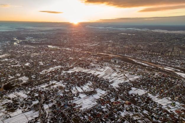 Vista superior dos subúrbios da cidade ou casas agradáveis da cidade pequena na manhã de inverno no céu nublado.
