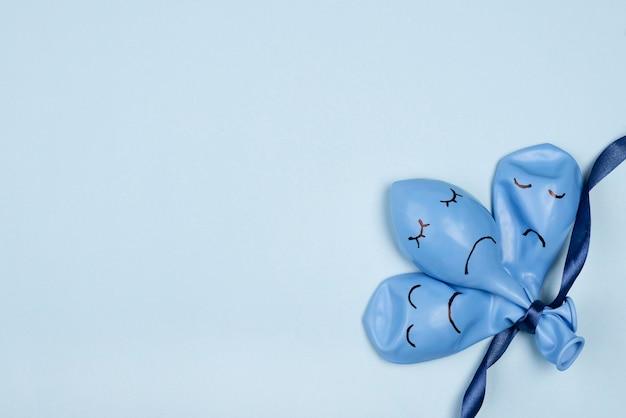 Vista superior dos tristes balões azuis de segunda-feira com fita e espaço de cópia