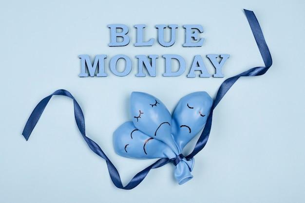 Vista superior dos tristes balões azuis de segunda-feira com fita Foto gratuita