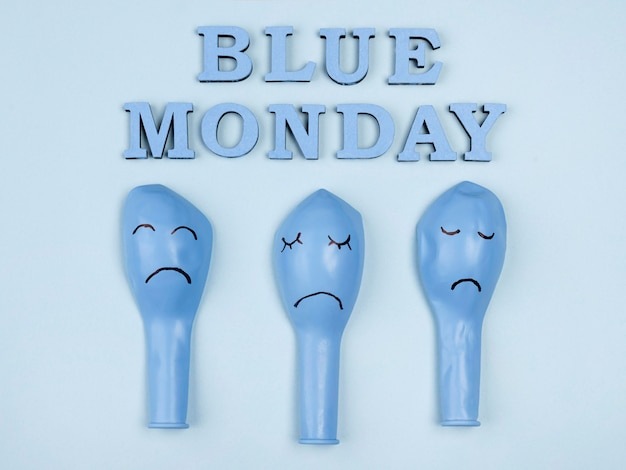 Vista superior dos tristes balões azuis de segunda-feira