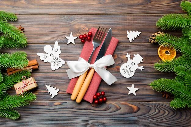 Vista superior dos utensílios no guardanapo festivo. decorações de natal com frutas secas e canela. close-up do conceito de jantar de ano novo