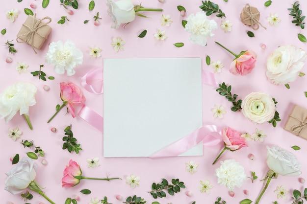 Vista superior e plana leigos com notebook e moldura de flores sobre fundo branco