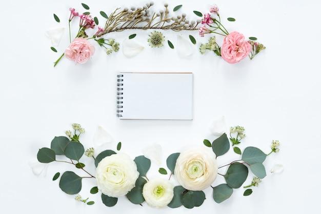 Vista superior e plana leigos com notebook e moldura de flores