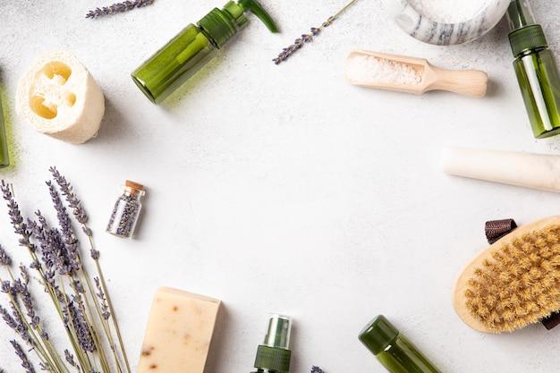 Vista superior e postura plana de cosméticos feitos à mão. corpo da mulher e autocuidado. sal de banho. conceito de bem-estar. produto de beleza orgânico natural