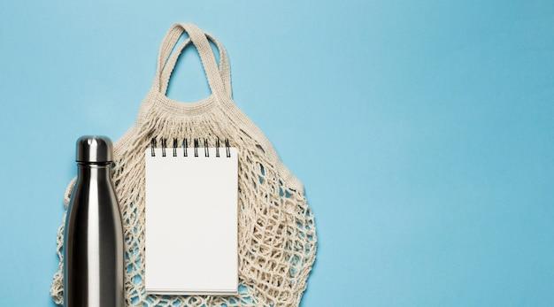 Vista superior eco amigável saco com maquete de bloco de notas