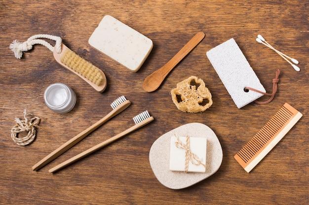 Vista superior eco produtos amigáveis em fundo de madeira