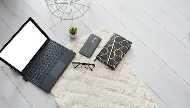 Vista superior educação doméstica on-line ou trabalho. escola em casa ou escritório com caderno, caneta, óculos