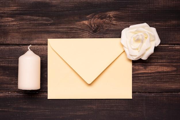 Vista superior elegante convite de casamento em cima da mesa