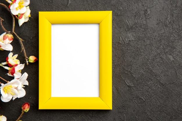 Vista superior elegante moldura amarela na superfície escura presente retrato família presente foto cor amor flor