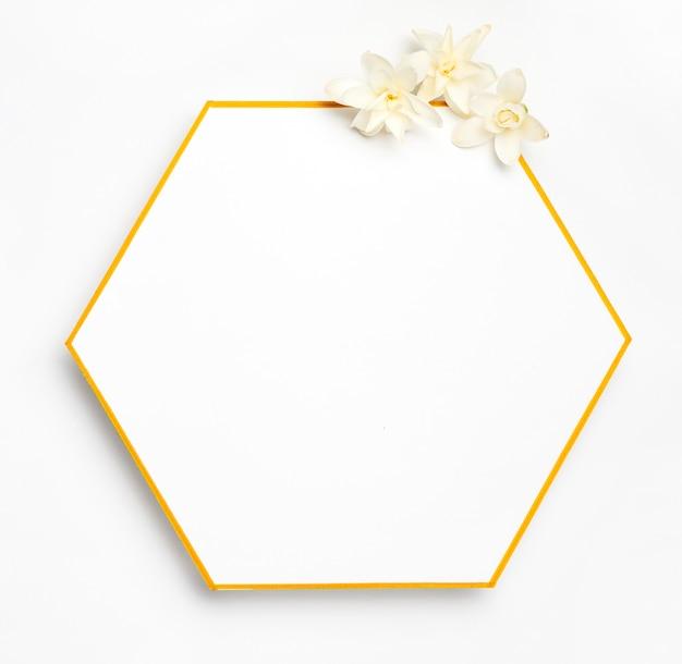 Vista superior elegante moldura dourada com flores