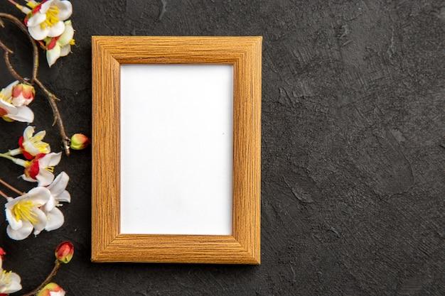 Vista superior elegante moldura na superfície escura presente retrato família presente fotos cores amor