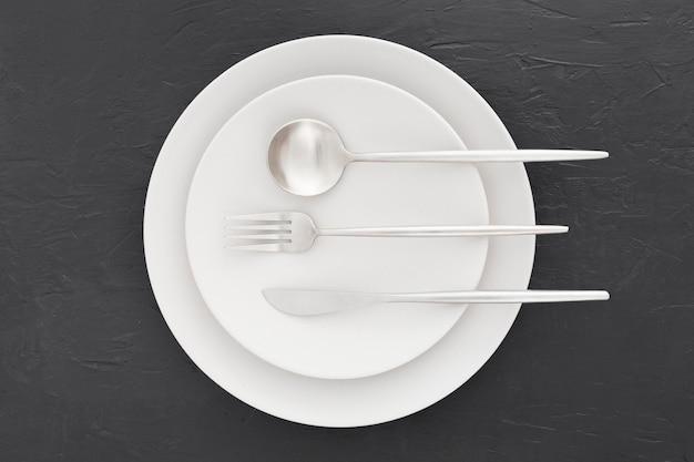 Vista superior elegante prato com talheres