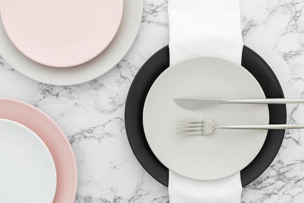 Vista superior elegante talheres e pratos