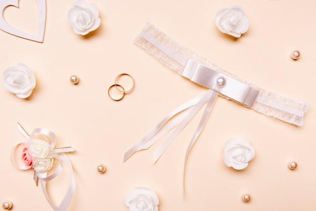 Vista superior elegantes anéis de noivado em cima da mesa