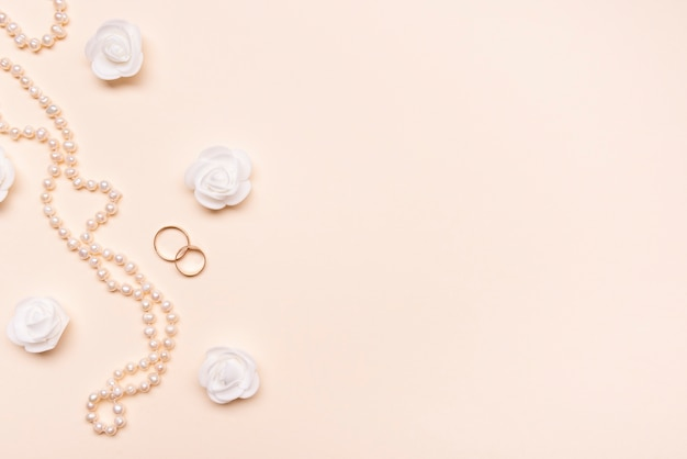 Vista superior elegantes pérolas com anéis de noivado