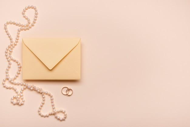 Vista superior elegantes pérolas e envelope com espaço de cópia
