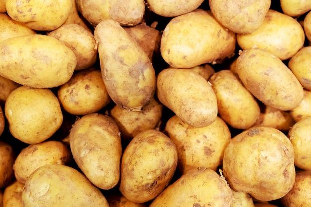 Vista superior em batatas frescas lavadas. textura de produtos alimentares.