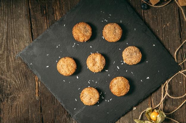 Vista superior em biscoitos de sobremesa saudável doce de aveia