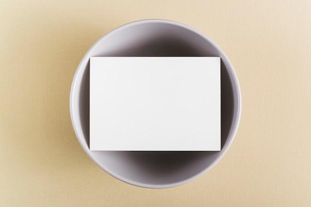Vista superior em branco cartão de visita em um prato