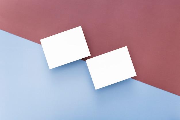 Vista superior em branco cartões de visita com espaço de cópia