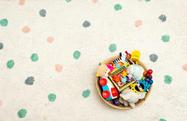 Vista superior em brinquedos de bebê colorido em um tapete de brinquedos no chão com copyspace
