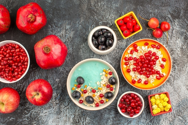Vista superior em close-up bagas bagas coloridas aveia maçãs romãs