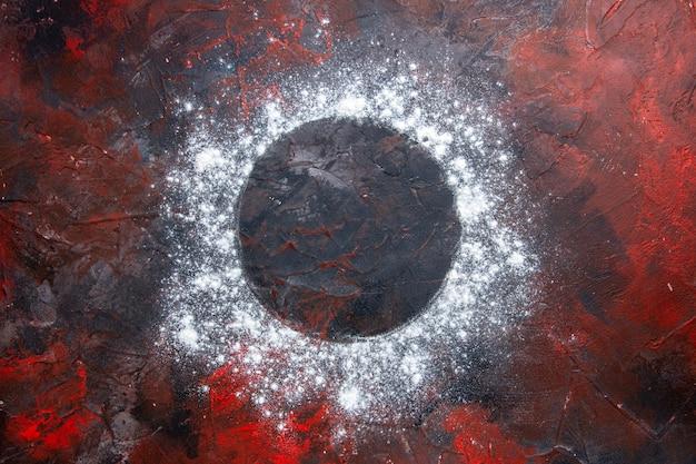 Vista superior em close-up da farinha de farinha sobre a mesa