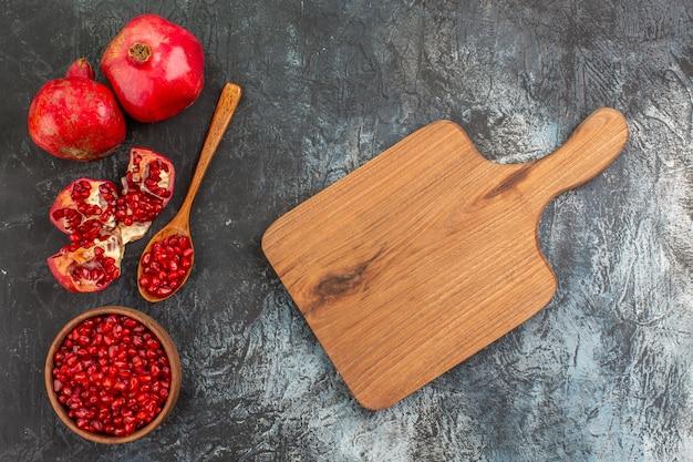 Vista superior em close-up da romã sementes de romã na tábua de madeira