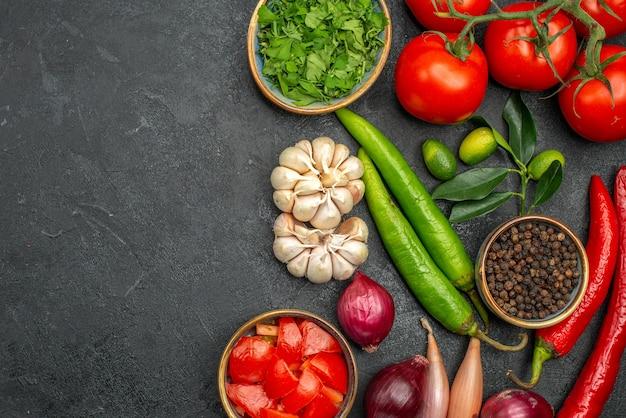 Vista superior em close-up de legumes, pimenta, alho, tomate, pedicelo, ervas, especiarias