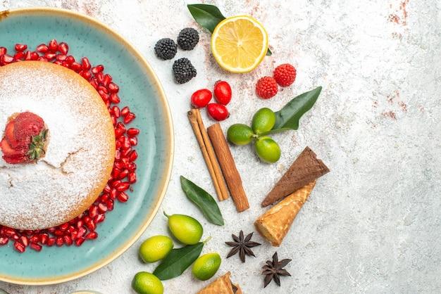 Vista superior em close-up de um bolo um bolo apetitoso com morangos paus de canela bagas anis estrelado