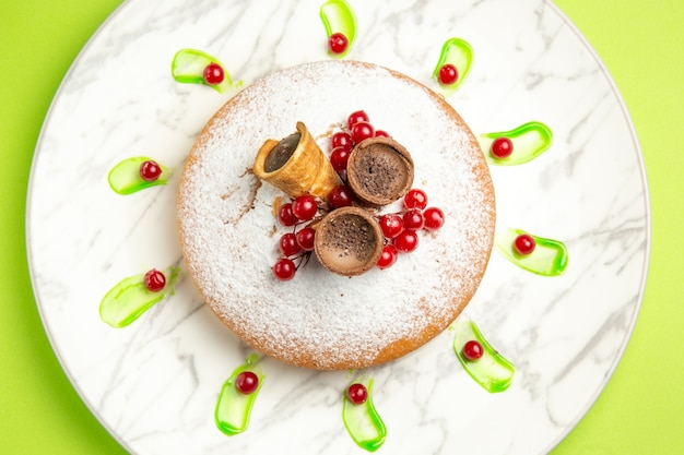 Vista superior em close-up de um bolo um bolo com waffles de frutas vermelhas no prato