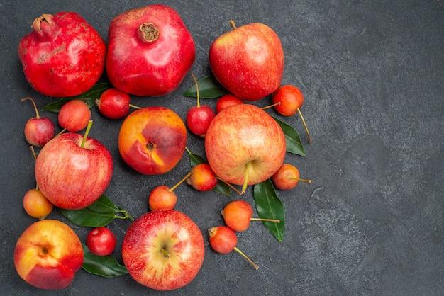 Vista superior em close-up frutas as apetitosas maçãs cerejas nectarina romãs