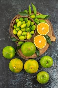 Vista superior em close-up frutas cítricas frutas cítricas com folhas na tábua de corte