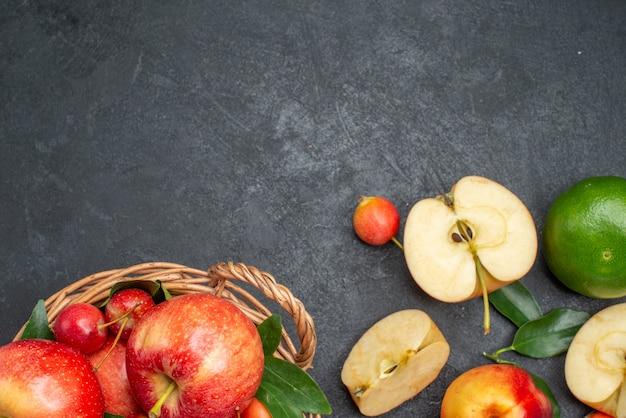Vista superior em close-up frutas diferentes frutas apetitosas frutas cestas de madeira