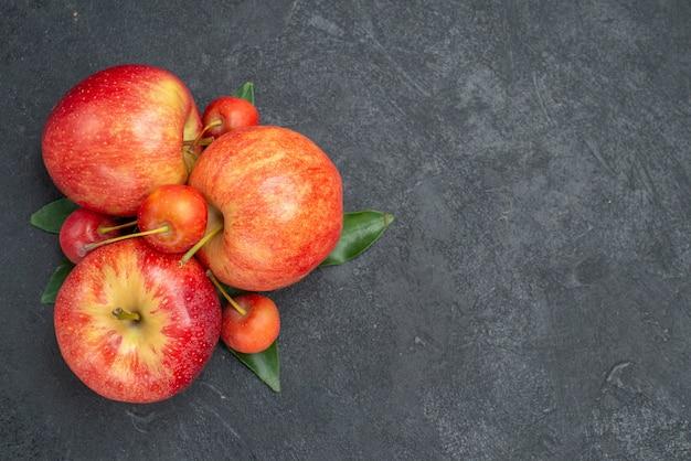 Vista superior em close-up, frutas, maçãs e bagas com folhas