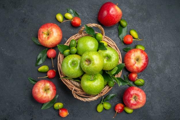 Vista superior em close-up frutas maçãs verdes na cesta ao lado das frutas