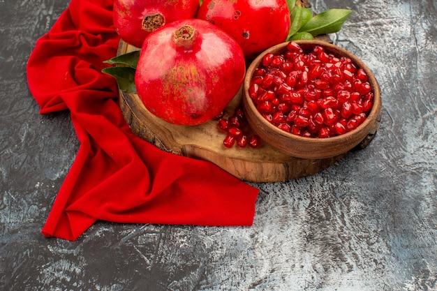Vista superior em close-up frutas sementes de romã romã na toalha de mesa vermelha
