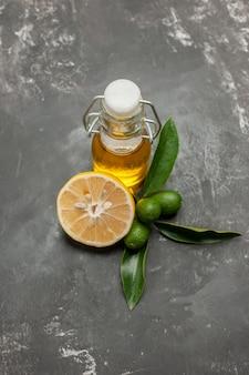 Vista superior em close-up garrafa de especiarias e óleo de limão e frutas cítricas