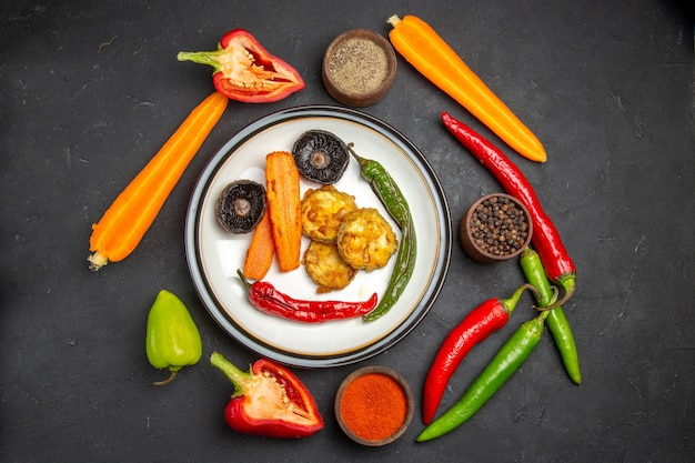Vista superior em close-up legumes legumes assados tigelas de especiarias cenouras pimentão pimenta picante