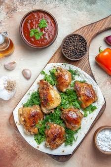 Vista superior em close-up molho de frango pimenta preta cebola óleo alho frango com ervas em lavash