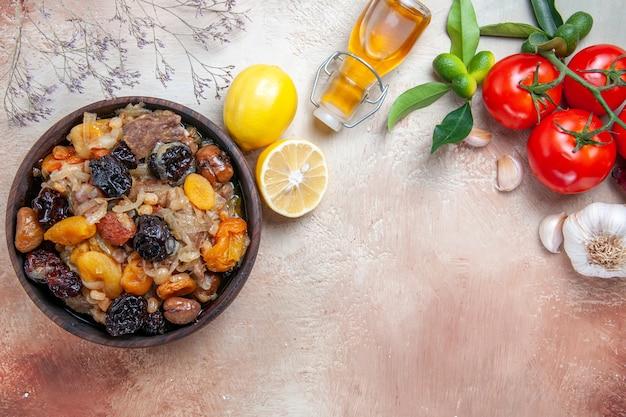 Vista superior em close-up pilaf pilaf garrafa de tomate com óleo de alho e pedicelos