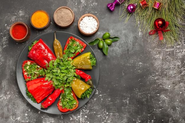 Vista superior em close-up prato de pimentas com pimentas árvore de natal brinca especiarias coloridas