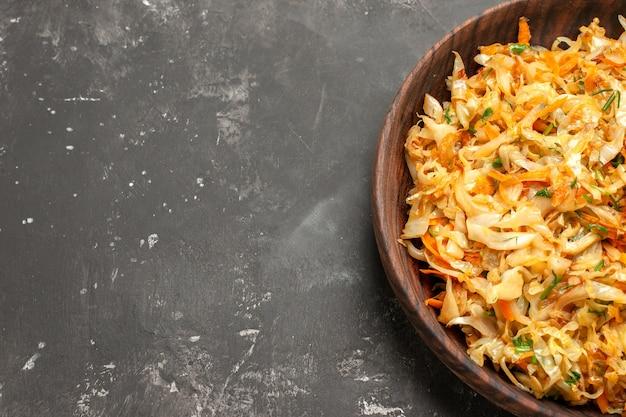 Vista superior em close-up repolho com cenouras o apetitoso repolho com cenouras na mesa