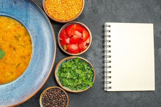 Vista superior em close-up sopa de lentilha sopa de lentilha tomate especiarias ervas caderno branco